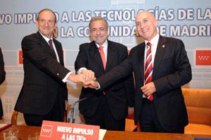 De izquierda a derecha, el consejero de Indra, el consejero de Economía y el alcalde de Aranjuez.