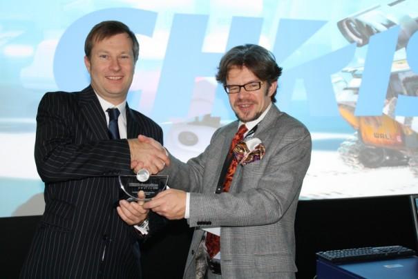 Dale Miller recibe el premio de manos de Dan Goldstein