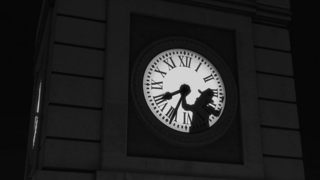 Tadeo jones se cuela en el reloj de la puerta del sol para for Reloj de puerta del sol