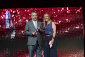 Goyo Quintana, director de Boomerang, recibe el Premio a la mejor ejecución técnica en producción televisiva de manos de Ana Sanz