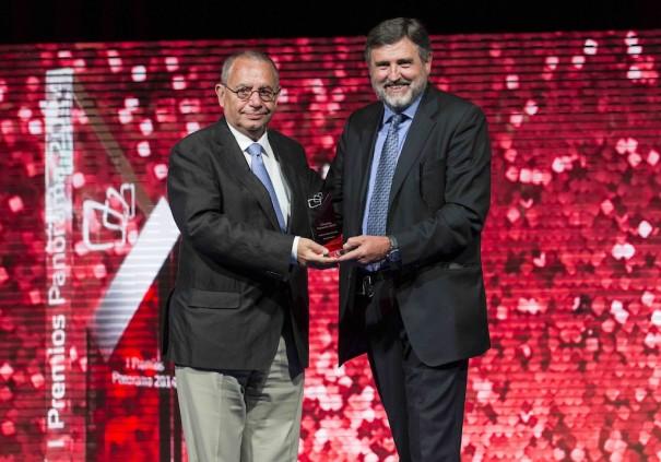 Rogelio de la Fuente, presidente del Comité de BIT Broadcast, entrega el Premio Panorama a Toda una Vida a Manolo Romero