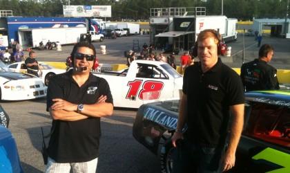 Sam Provencher (a la derecha) de MotorSportsBroadcasting.com y Mario Sánchez de la empresa de producción VDO2Net en la pista de carreras.